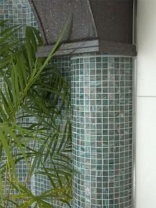 Mosaiksäule  kombiniert mit Naturstein
