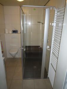 Dusche barrierefrei   mit gefliestem Sitz